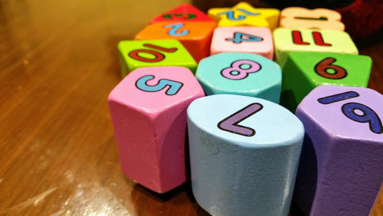 Spielfiguren und Würfel auf einem Spielbrett